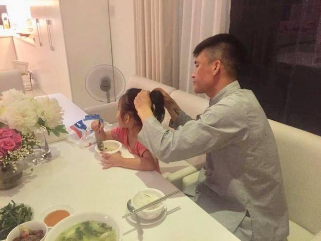 Thủy Tiên khâu áo, bấm móng tay cho Công Vinh trong căn biệt thự triệu đô - Ảnh 6.