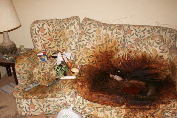 Con gái để mặc mẹ qua đời trên ghế sofa, căn phòng đầy rác rưởi và bộ quần áo tới 10 năm không thay - Ảnh 2.