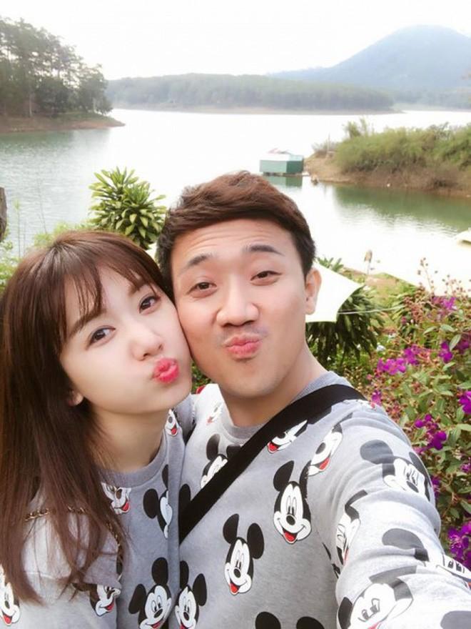 Thản nhiên nhè bã kẹo vào tay vợ, Trấn Thành phải nhận kết đắng từ Hari Won - Ảnh 3.