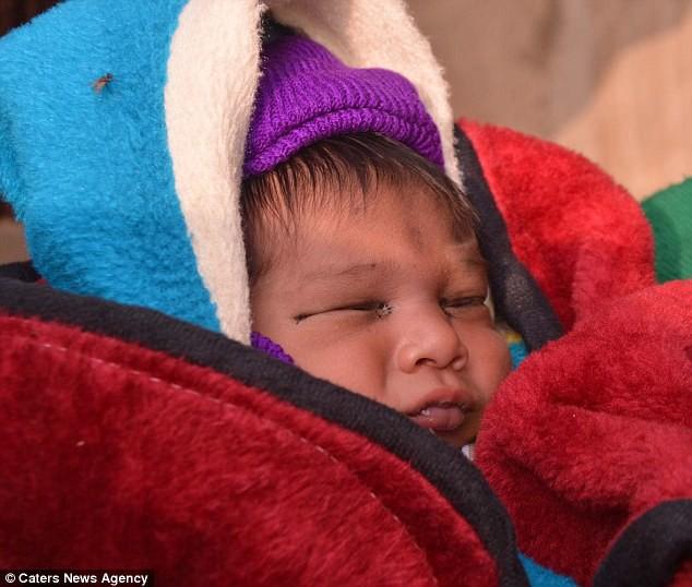 Nhà 9 miệng ăn, chồng lại nằm liệt giường, vợ dứt ruột bán con mới sinh để trang trải nợ nần - Ảnh 1.