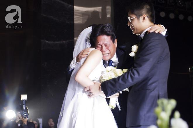 Đám cưới có 1-0-2 sang chảnh hết nấc: Sân khấu lộng lẫy, khách mời đa quốc gia, hoa tươi nhập khẩu tinh tế - Ảnh 18.