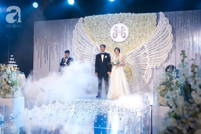 Đám cưới có 1-0-2 sang chảnh hết nấc: Sân khấu lộng lẫy, khách mời đa quốc gia, hoa tươi nhập khẩu tinh tế - Ảnh 3.