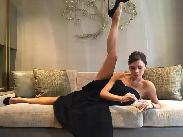 Học từ Victoria Beckham, Minh Tú cũng khoe chân thon dài thẳng tắp theo cách lạ đời - Ảnh 3.