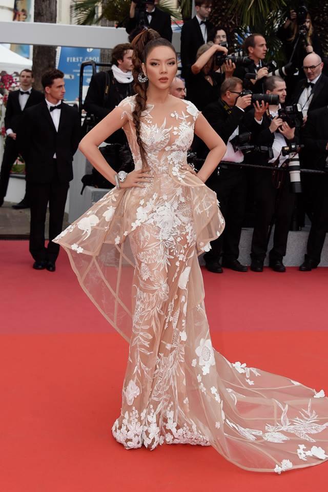 Nhuộm da nâu rắn rỏi, tóc tết hoang dại Lý Nhã Kỳ xuất hiện đầy uy quyền trên thảm đỏ LHP Cannes ngày thứ 2 - Ảnh 1.