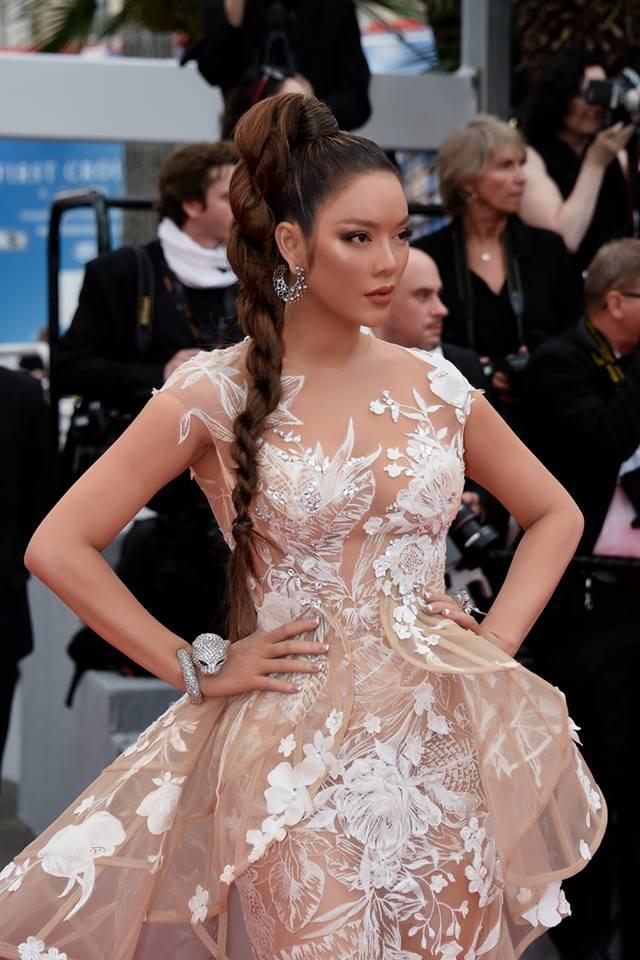 Nhuộm da nâu rắn rỏi, tóc tết hoang dại Lý Nhã Kỳ xuất hiện đầy uy quyền trên thảm đỏ LHP Cannes ngày thứ 2 - Ảnh 2.