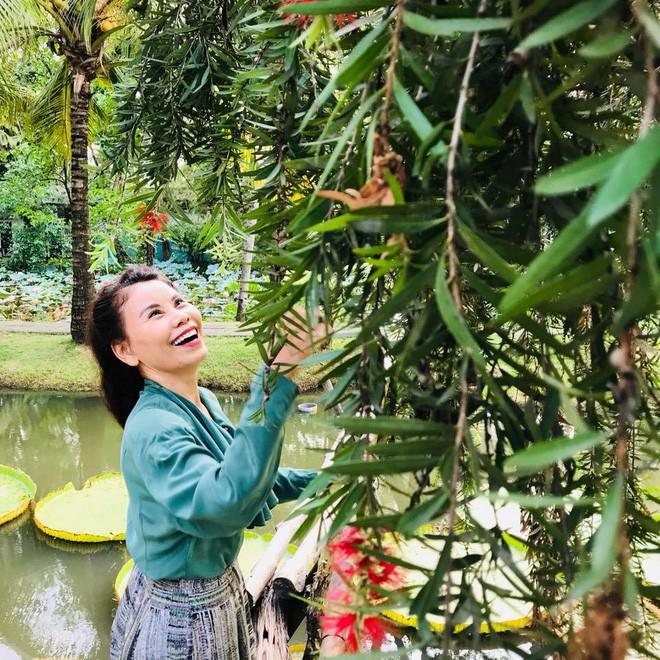 Dù đã ngoài 60 nhưng mẹ của Hà Hồ vẫn diện váy maxi, quần jeans và giày cao gót thời thượng chẳng kém con gái - Ảnh 8.