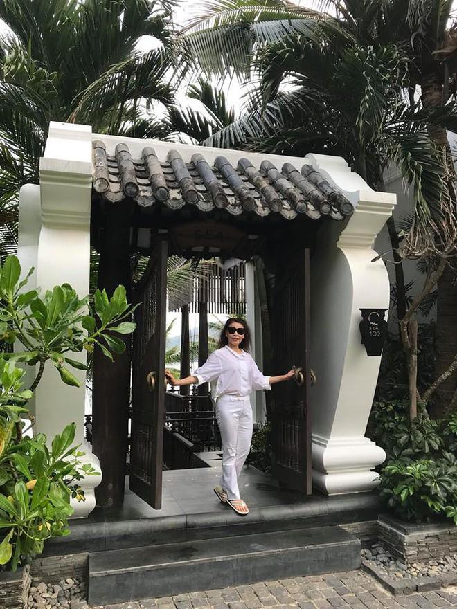 Dù đã ngoài 60 nhưng mẹ của Hà Hồ vẫn diện váy maxi, quần jeans và giày cao gót thời thượng chẳng kém con gái - Ảnh 15.