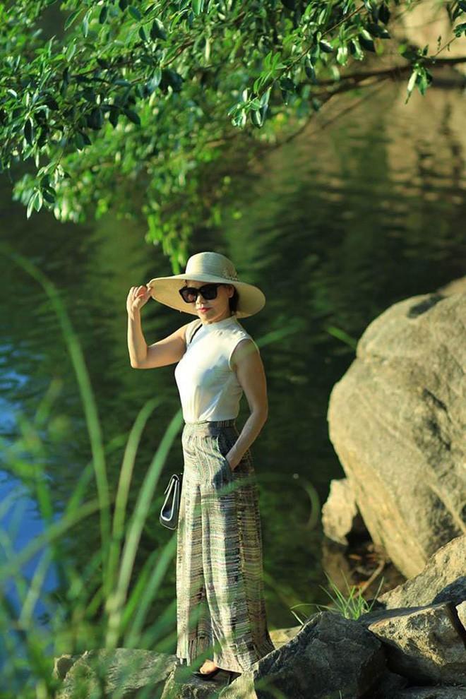 Dù đã ngoài 60 nhưng mẹ của Hà Hồ vẫn diện váy maxi, quần jeans và giày cao gót thời thượng chẳng kém con gái - Ảnh 9.