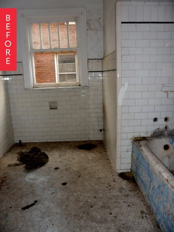 Mua căn nhà bỏ hoang 30 năm, cô gái tự tay cải tạo phòng tắm đẹp đến ngỡ ngàng - Ảnh 1.