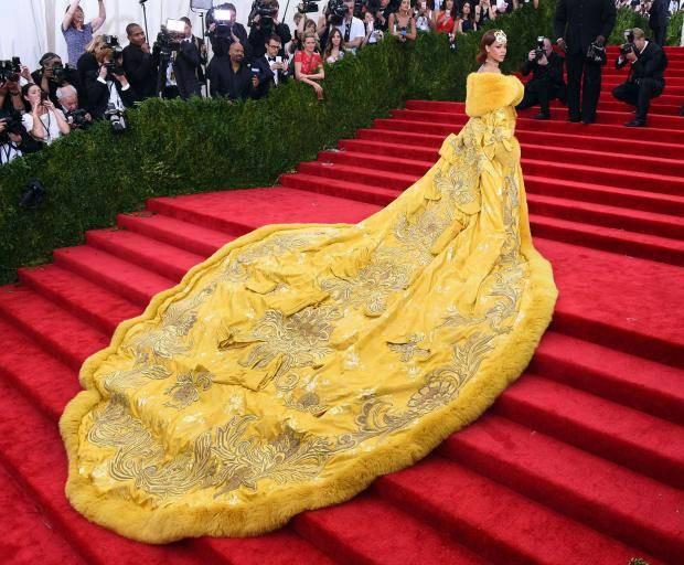 Diện váy áo lộng lẫy, ấy vậy mà dân tình lại nhìn loạt sao này thành bánh gato hay miếng trứng rán thơm nức mũi - Ảnh 11.