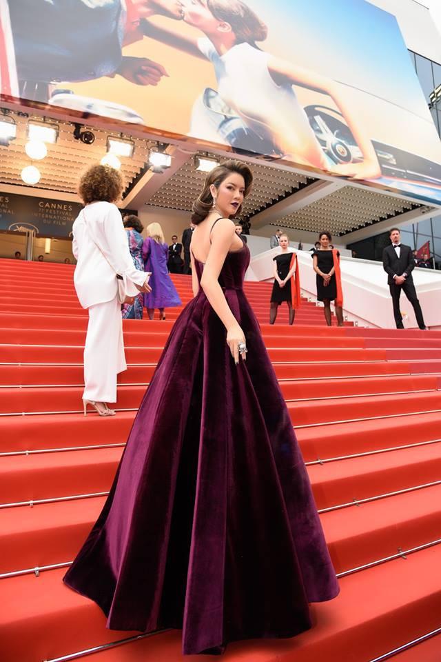 Hết diện đầm đỏ rực đến nhuộm da nâu, sang ngày 3 của LHP Cannes Lý Nhã Kỳ chọn hẳn tông son tím lịm lên thảm đỏ - Ảnh 3.