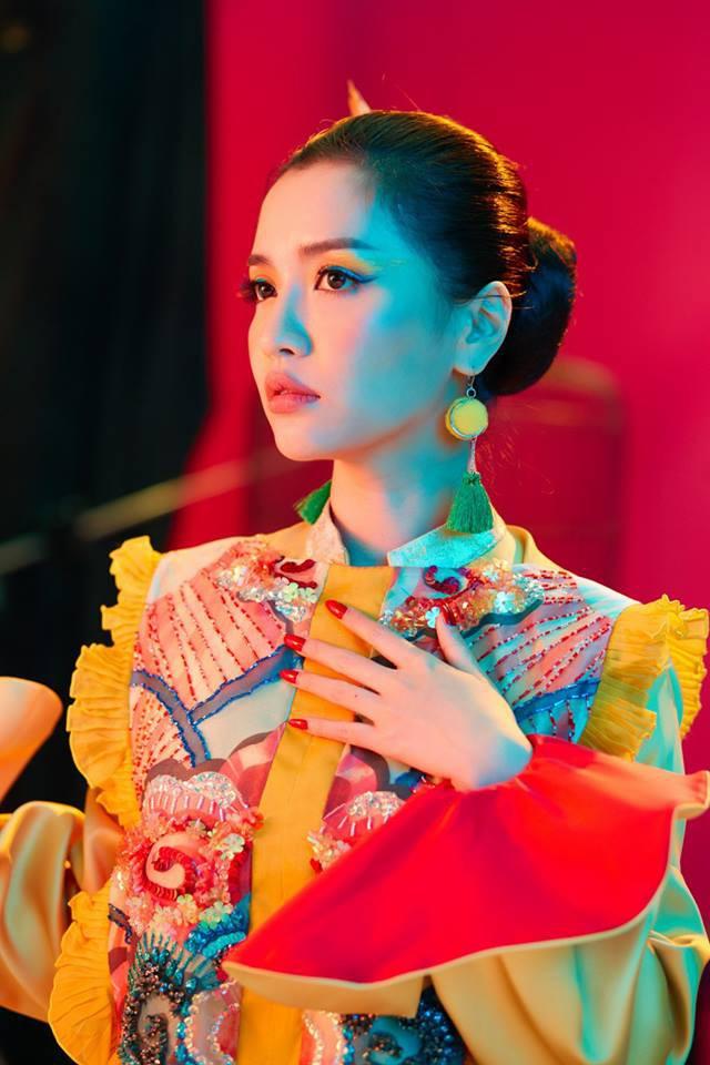 Không chỉ huyền ảo, ma mị trong từng cảnh quay, trang phục trong MV mới của Bích Phương cũng khiến người xem nổi da gà vì quá đẹp - Ảnh 18.