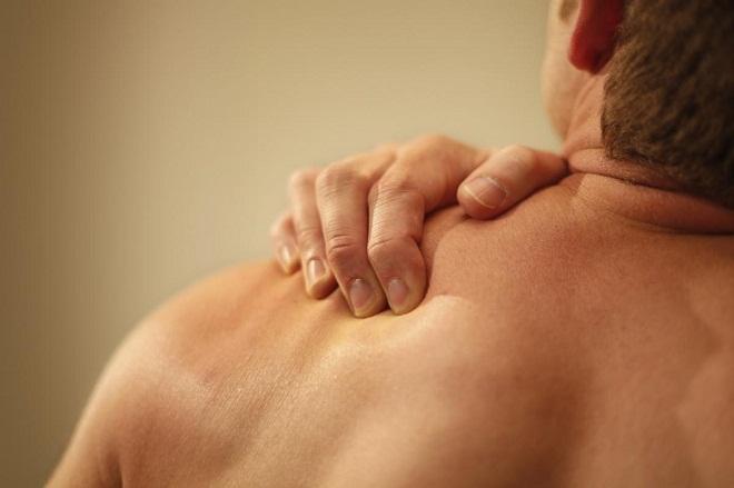 Mách bạn cách giải quyết cơn đau vai triệt để nhờ những biện pháp tự nhiên đơn giản - Ảnh 1.