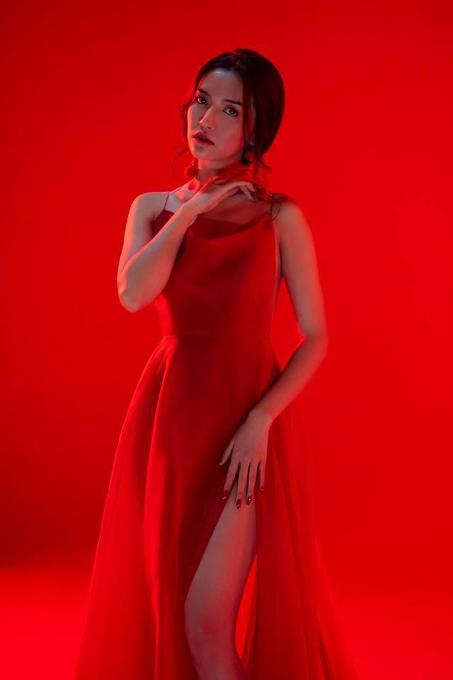 Đụng độ với Sơn Tùng M-TP chưa đủ, Bích Phương còn đụng với loạt mỹ nhân Vbiz trong chiếc váy đỏ quốc dân - Ảnh 4.