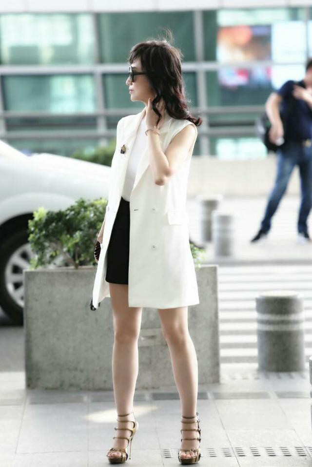 Chọn cao gót 10 cm và lên đồ toàn váy vóc trẻ trung, chẳng ai nghĩ người đẹp TVB này đã 64 tuổi - Ảnh 1.