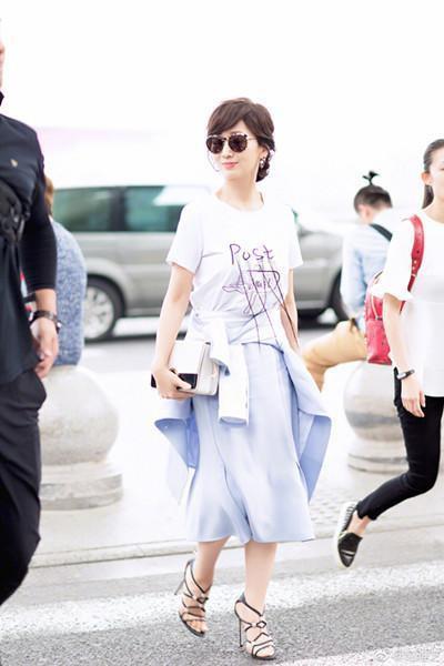 Chọn cao gót 10 cm và lên đồ toàn váy vóc trẻ trung, chẳng ai nghĩ người đẹp TVB này đã 64 tuổi - Ảnh 2.