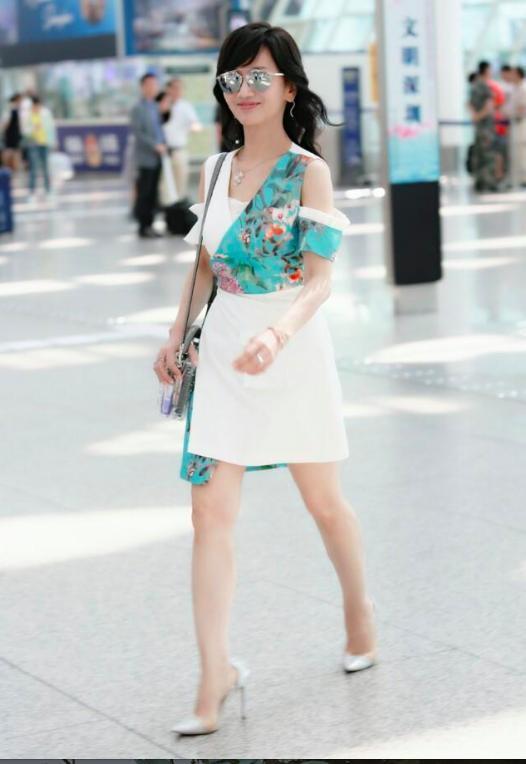 Chọn cao gót 10 cm và lên đồ toàn váy vóc trẻ trung, chẳng ai nghĩ người đẹp TVB này đã 64 tuổi - Ảnh 3.