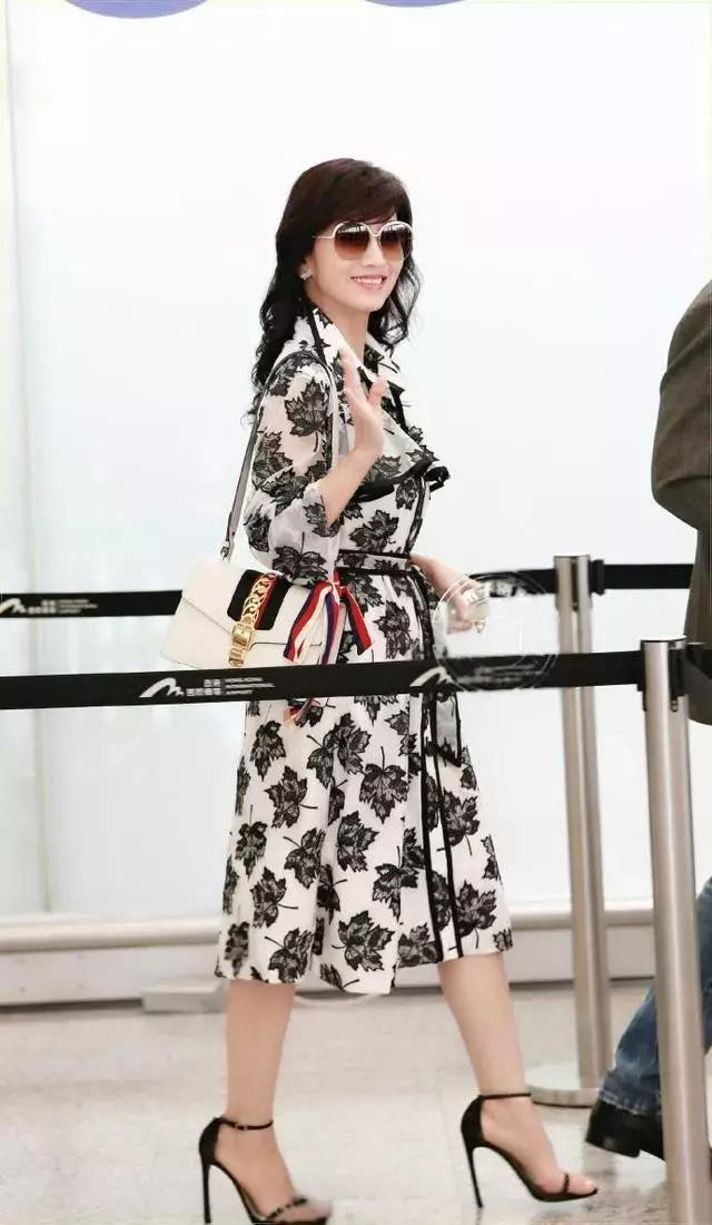 Chọn cao gót 10 cm và lên đồ toàn váy vóc trẻ trung, chẳng ai nghĩ người đẹp TVB này đã 64 tuổi - Ảnh 4.