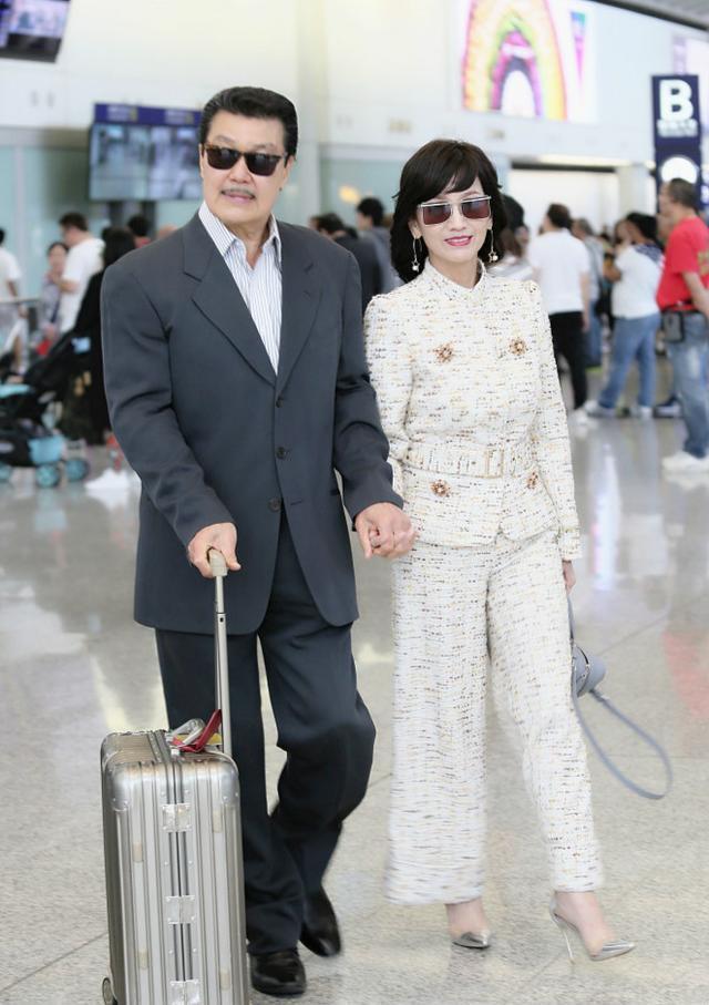 Chọn cao gót 10 cm và lên đồ toàn váy vóc trẻ trung, chẳng ai nghĩ người đẹp TVB này đã 64 tuổi - Ảnh 5.