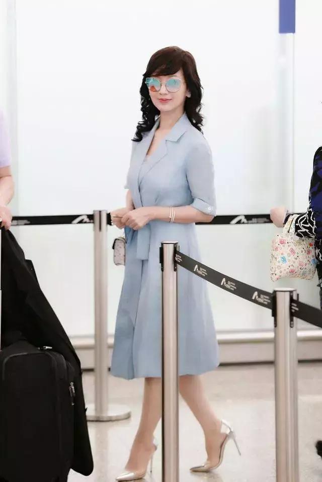Chọn cao gót 10 cm và lên đồ toàn váy vóc trẻ trung, chẳng ai nghĩ người đẹp TVB này đã 64 tuổi - Ảnh 6.