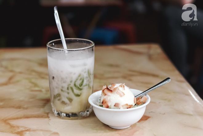 Ngày hè nóng nực, ghé tiệm kem xôi, chè Thái 33 năm của bà cụ người Thái gốc Việt lọt thỏm dưới con đường giữa phố Kim Mã - Ảnh 12.