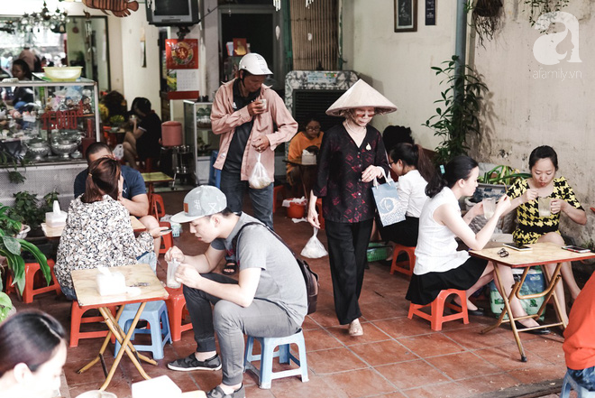 Ngày hè nóng nực, ghé tiệm kem xôi, chè Thái 33 năm của bà cụ người Thái gốc Việt lọt thỏm dưới con đường giữa phố Kim Mã - Ảnh 18.