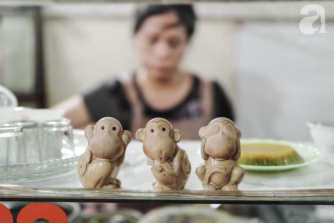 Ngày hè nóng nực, ghé tiệm kem xôi, chè Thái 33 năm của bà cụ người Thái gốc Việt lọt thỏm dưới con đường giữa phố Kim Mã - Ảnh 6.