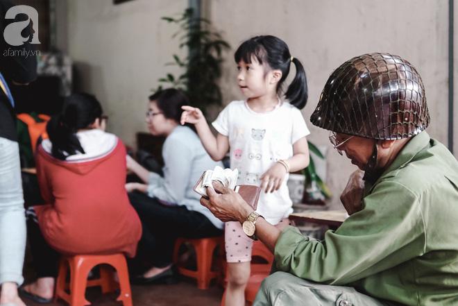 Ngày hè nóng nực, ghé tiệm kem xôi, chè Thái 33 năm của bà cụ người Thái gốc Việt lọt thỏm dưới con đường giữa phố Kim Mã - Ảnh 17.