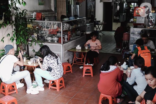 Ngày hè nóng nực, ghé tiệm kem xôi, chè Thái 33 năm của bà cụ người Thái gốc Việt lọt thỏm dưới con đường giữa phố Kim Mã - Ảnh 2.