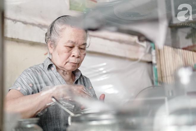 Ngày hè nóng nực, ghé tiệm kem xôi, chè Thái 33 năm của bà cụ người Thái gốc Việt lọt thỏm dưới con đường giữa phố Kim Mã - Ảnh 8.
