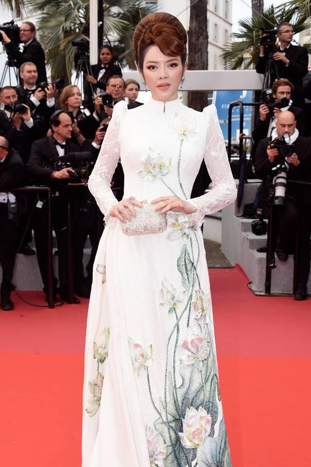 Lần đầu mang tà áo dài lên thảm đỏ LHP Cannes, Lý Nhã Kỳ thu hút sự chú ý với vẻ đẹp nền nã đầy sang trọng - Ảnh 1.
