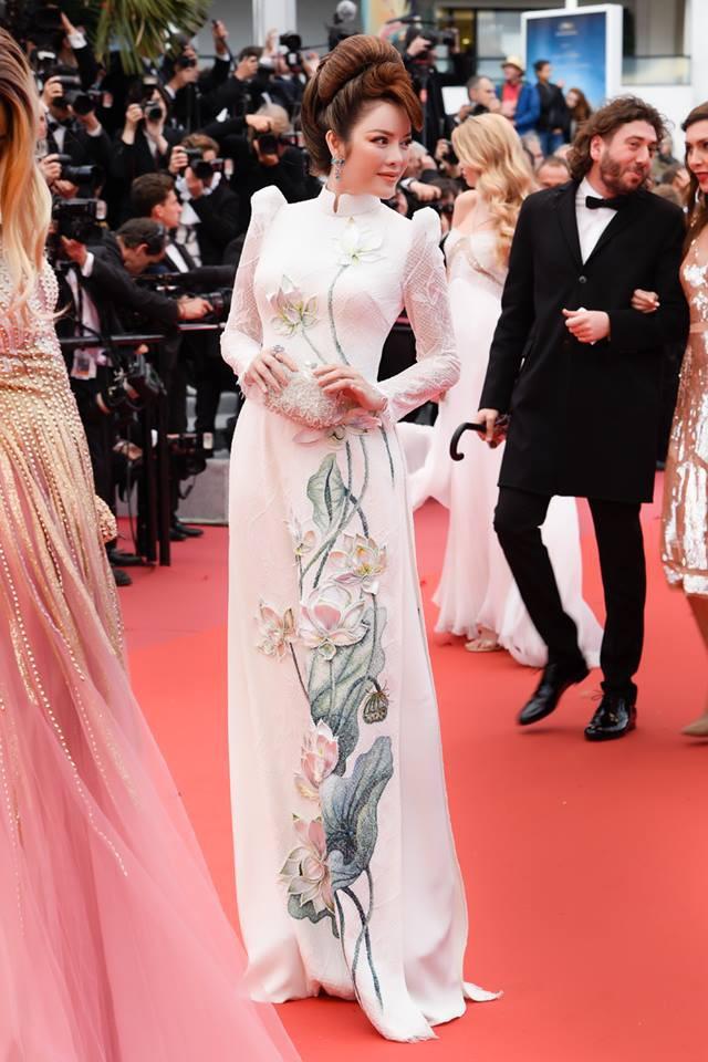 Lần đầu mang tà áo dài lên thảm đỏ LHP Cannes, Lý Nhã Kỳ thu hút sự chú ý với vẻ đẹp nền nã đầy sang trọng - Ảnh 2.