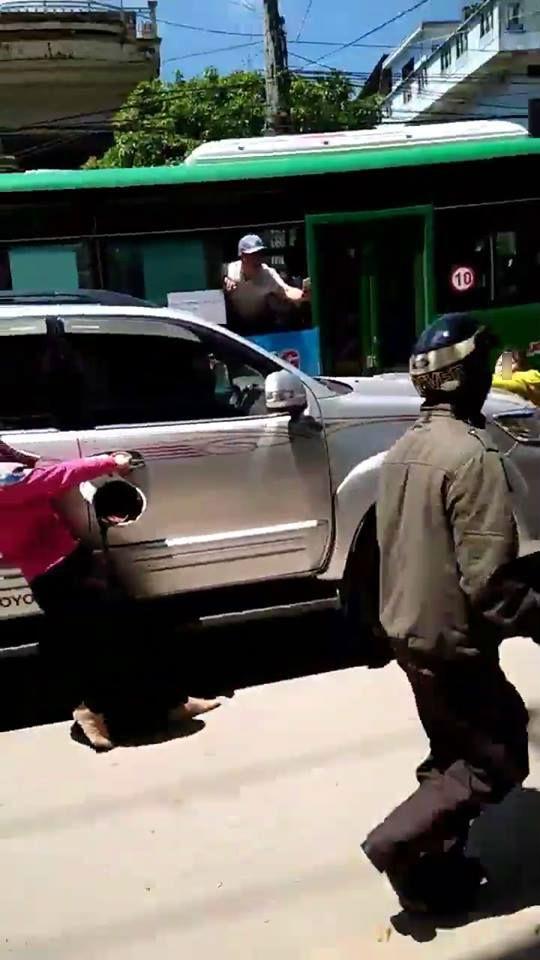 Clip: Phát hiện chồng chở bồ nhí trong xe ô tô, vợ liều mình đu lên nắp capo đánh ghen giữa đường - Ảnh 3.