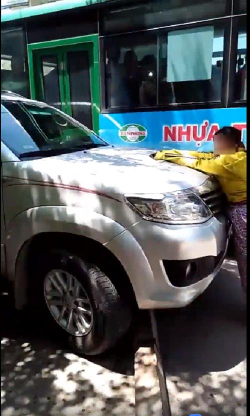 Clip: Phát hiện chồng chở bồ nhí trong xe ô tô, vợ liều mình đu lên nắp capo đánh ghen giữa đường - Ảnh 4.