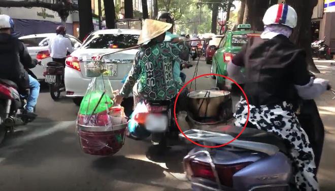 Xe máy chở nước sôi, lửa bỏng của cô bán hàng rong khiến ninja cũng phải sợ hãi mà nhường đường - Ảnh 2.