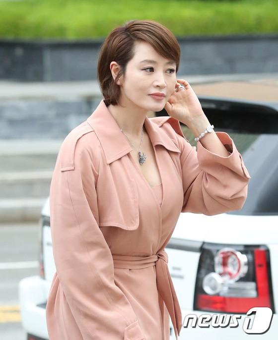 Sulli trở lại đẹp xuất sắc với màn hở ngực táo bạo, chấp cả Hoa hậu Hàn đẹp nhất thế giới và chị đại Kim Hye Soo - Ảnh 12.
