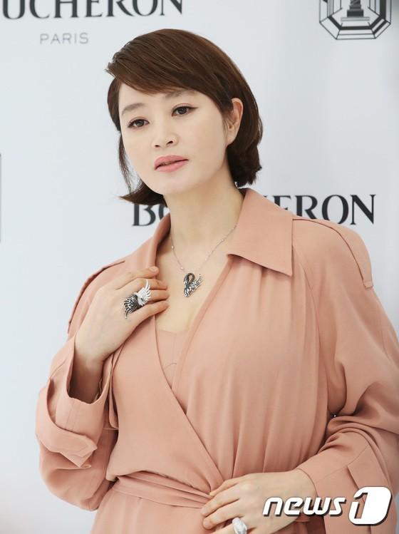 Sulli trở lại đẹp xuất sắc với màn hở ngực táo bạo, chấp cả Hoa hậu Hàn đẹp nhất thế giới và chị đại Kim Hye Soo - Ảnh 14.