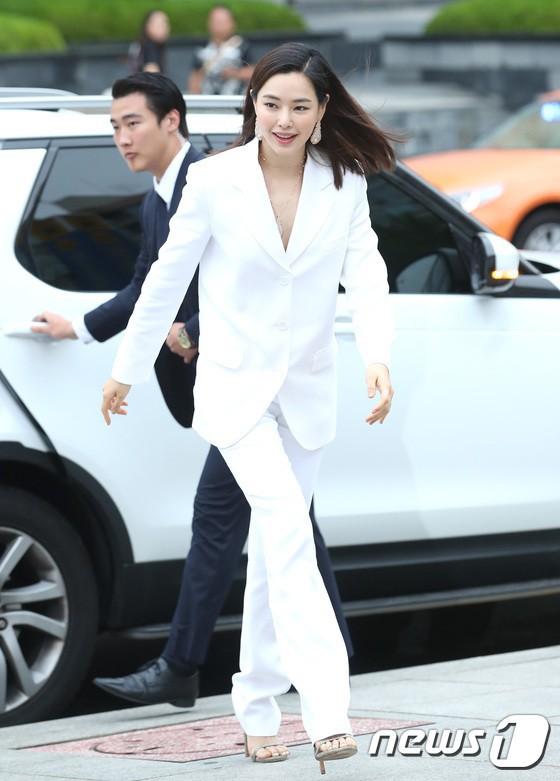 Sulli trở lại đẹp xuất sắc với màn hở ngực táo bạo, chấp cả Hoa hậu Hàn đẹp nhất thế giới và chị đại Kim Hye Soo - Ảnh 16.
