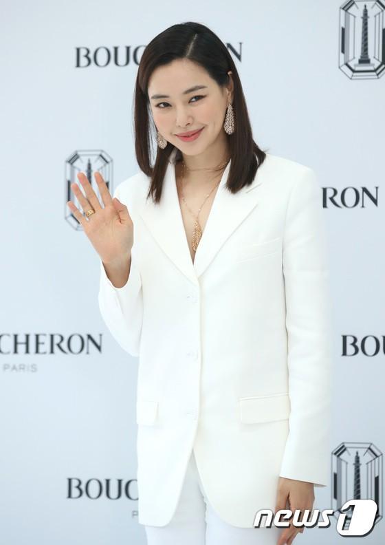 Sulli trở lại đẹp xuất sắc với màn hở ngực táo bạo, chấp cả Hoa hậu Hàn đẹp nhất thế giới và chị đại Kim Hye Soo - Ảnh 17.