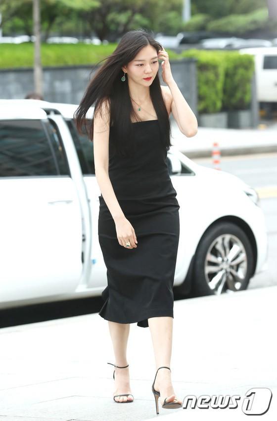 Sulli trở lại đẹp xuất sắc với màn hở ngực táo bạo, chấp cả Hoa hậu Hàn đẹp nhất thế giới và chị đại Kim Hye Soo - Ảnh 18.