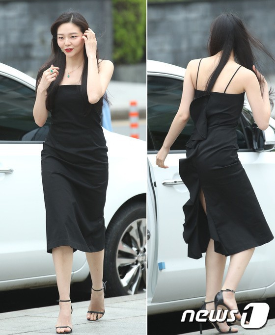 Sulli trở lại đẹp xuất sắc với màn hở ngực táo bạo, chấp cả Hoa hậu Hàn đẹp nhất thế giới và chị đại Kim Hye Soo - Ảnh 19.