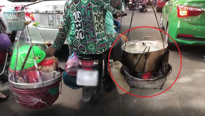 Xe máy chở nước sôi, lửa bỏng của cô bán hàng rong khiến ninja cũng phải sợ hãi mà nhường đường - Ảnh 3.