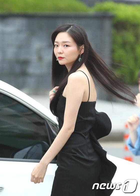 Sulli trở lại đẹp xuất sắc với màn hở ngực táo bạo, chấp cả Hoa hậu Hàn đẹp nhất thế giới và chị đại Kim Hye Soo - Ảnh 20.