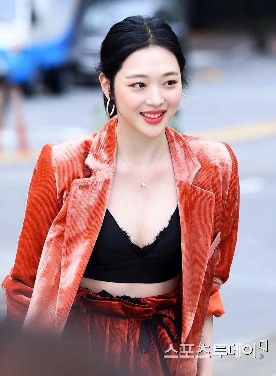 Sulli trở lại đẹp xuất sắc với màn hở ngực táo bạo, chấp cả Hoa hậu Hàn đẹp nhất thế giới và chị đại Kim Hye Soo - Ảnh 8.
