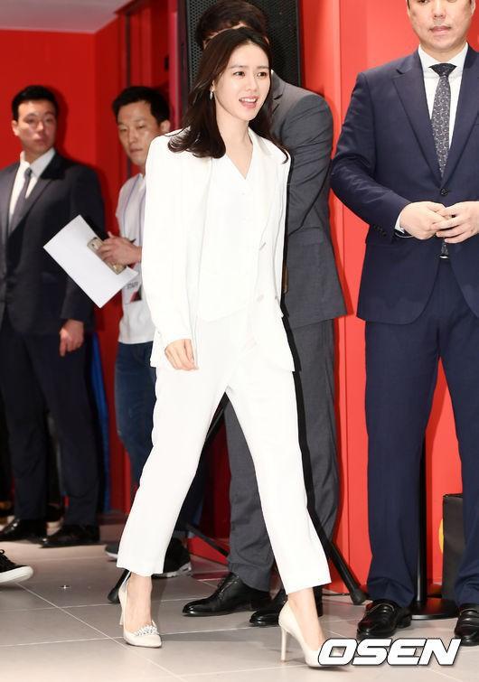 Diện đồ trắng rồi lại chọn giày cùng 1 hãng, chị đẹp Son Ye Jin và Hana thật khiến người ta không phân định được ai đẹp hơn - Ảnh 1.