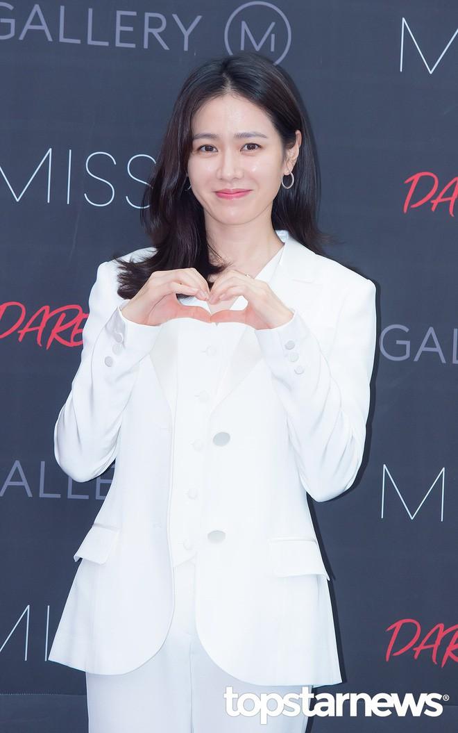 Diện đồ trắng rồi lại chọn giày cùng 1 hãng, chị đẹp Son Ye Jin và Hana thật khiến người ta không phân định được ai đẹp hơn - Ảnh 2.