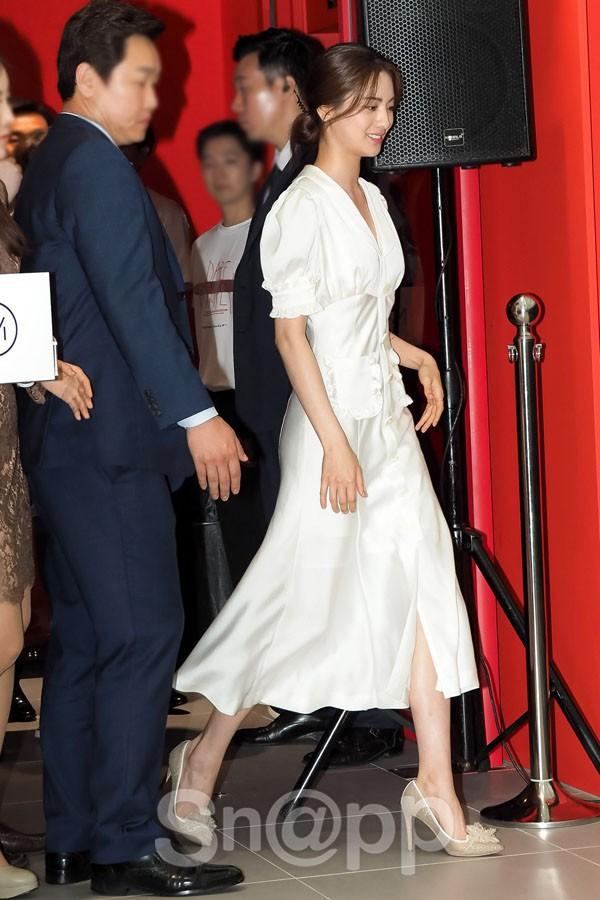 Diện đồ trắng rồi lại chọn giày cùng 1 hãng, chị đẹp Son Ye Jin và Hana thật khiến người ta không phân định được ai đẹp hơn - Ảnh 3.