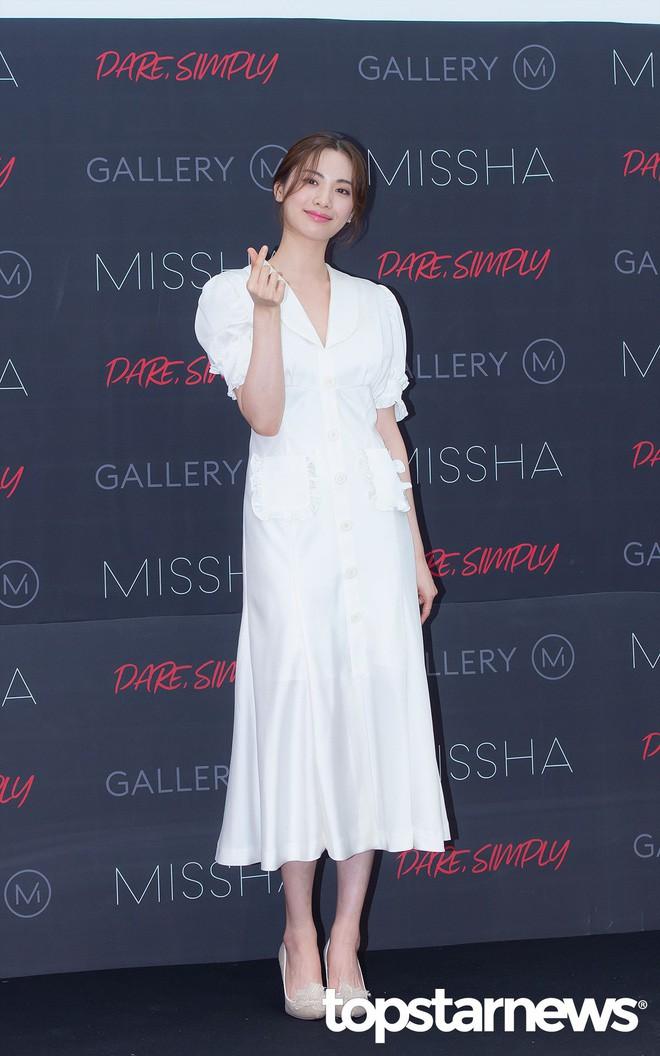 Diện đồ trắng rồi lại chọn giày cùng 1 hãng, chị đẹp Son Ye Jin và Hana thật khiến người ta không phân định được ai đẹp hơn - Ảnh 4.