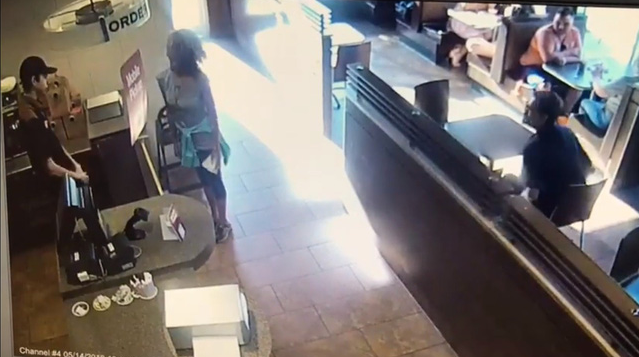 Canada: Bị từ chối không cho dùng toilet, người phụ nữ thả phẫn nộ giữa quán cafe rồi bốc ném vào nhân viên - Ảnh 1.