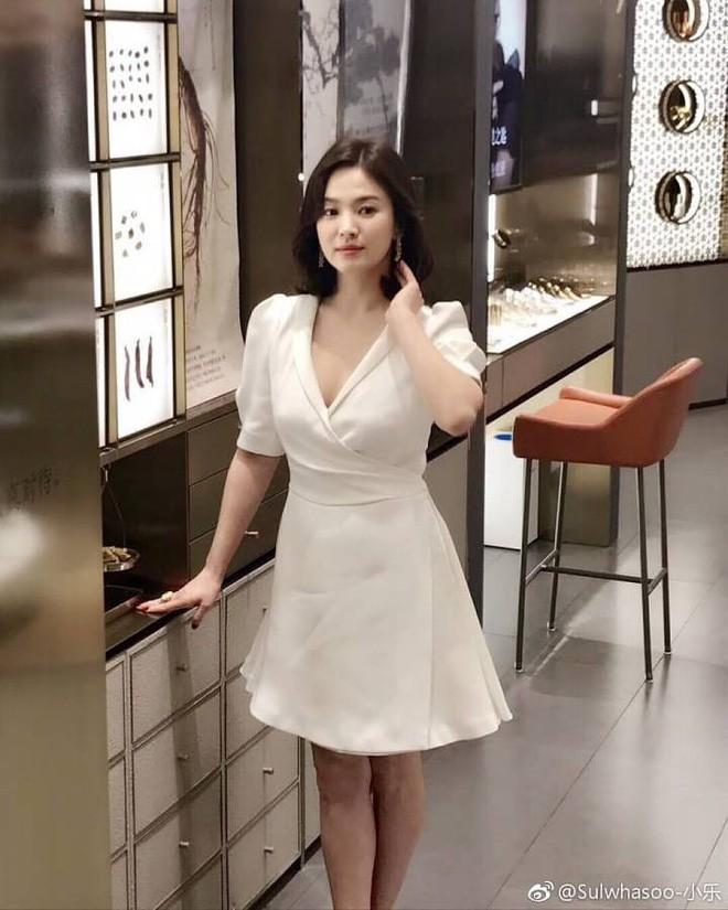 Diện đồ đơn giản ra sân bay, nhưng túi xách của Song Hye Kyo mới là thứ mà người ta chú ý nhất - Ảnh 1.